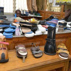 Von Lepra betroffene brauchen oft spezielle Schuhe. / DAHW