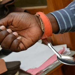 Zu sehen ist ein Hilfsmittel für Menschen deren Hände durch Lepra geschädigt wurden. / DAHW