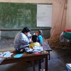 In vielen Dörfern gibt es keinen Arzt. Deswegen kommt der Arzt in die Dörfer. / DAHW