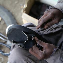Von Lepra betroffene brauchen oft spezielle Schuhe / DAHW