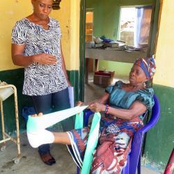 Für von Lepra Betroffene ist es wichtig zu lernen was zu tun ist um sich nicht aus versehen  zu verletzen. / DAHW