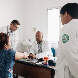 Während den Sprechstunden werden weitere Ärzte ausgebildet, Krankheiten zu erkennen. / DAHW