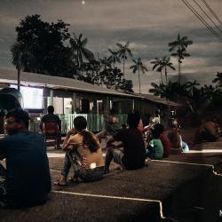 Wenn die DAHW Mitarbeiter unterwegs sind dann werden Abends DIAs zur Aufklärungsarbeit gezeigt. Oft kommt dann das ganze Dorf zusammen. / DAHW