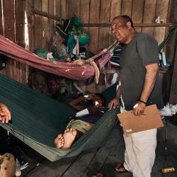 Oft ist es unmöglich für Menschen die im Amazonas wohnen einen Arzt zu besuchen, deshalb muss der Arzt zu den Patienten kommen. / DAHW