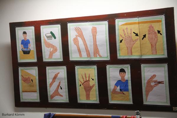 Von Lepra Betroffene lernen über Bilder wie sie sich selbst versorgen können. / DAHW
