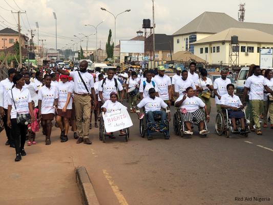 / DAHW... gibt es auch in Nigeria Demonstrationen und Feiern.