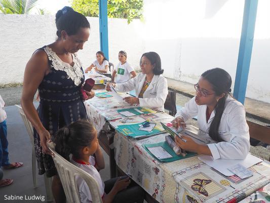 In Zusammenarbeit mit Schulen werden viele Kinder untersucht und ihnen wird erklärt worauf sie achten müssen, damit bringen sie dieses Wissen zurück in die Familien. / DAHW